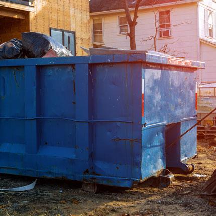 Voller Container einer Haushaltsauflösung